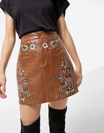 https://www.stradivarius.com/fr/femme/nouveau/jupe-imitation-cuir-broderie-front-yoke-c1390561p300324069.html?colorId=440