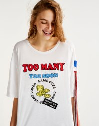 https://www.pullandbear.com/fr/femme/soldes/vêtements/t-shirts/t-shirt-graphique-pièces-de-monnaie-c29020p500473012.html?SALES#250