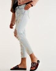 https://www.pullandbear.com/fr/femme/soldes/vêtements/jeans/jean-déchiré-mom-fit-c29022p500356591.html?SALES#406