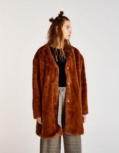 https://www.pullandbear.com/fr/femme/soldes/vêtements/favoris-des-soldes/manteau-long-fausse-fourrure-c1030104011p500473007.html?SALES#700