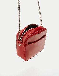 https://www.pullandbear.com/fr/mini-sac-à-bandoulière-verni-rouge-c0p500550763.html?search=rouge&page=1#020