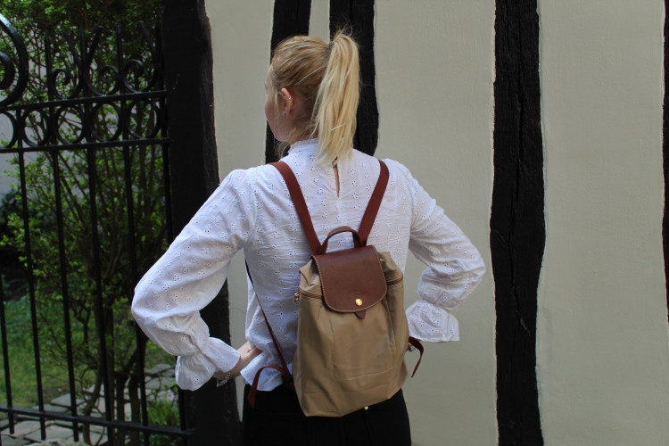 Au début je ne pensais pas garder ce haut, je le trouvais beaucoup trop ... bohème, trop de froufrou ... Mais en fait je l'aime beaucoup porté ! Et le pompom sur la garonne avec mon sac à dos Longchamp !