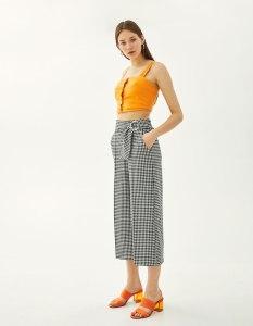 https://www.bershka.com/fr/jupe-culotte-à-carreaux-avec-boucles/jupe-culotte-à-carreaux-avec-boucles-c1010281505p101469502.html?colorId=800