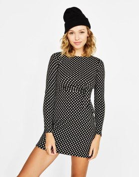 https://www.bershka.com/fr/femme/vêtements/robe-courte-à-pois-avec-nœud-c1010223501p101358008.html?colorId=800